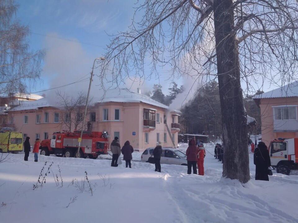 Пожар случился на улице Тенистой— пожарным пришлось спускать людей из квартир на верёвке