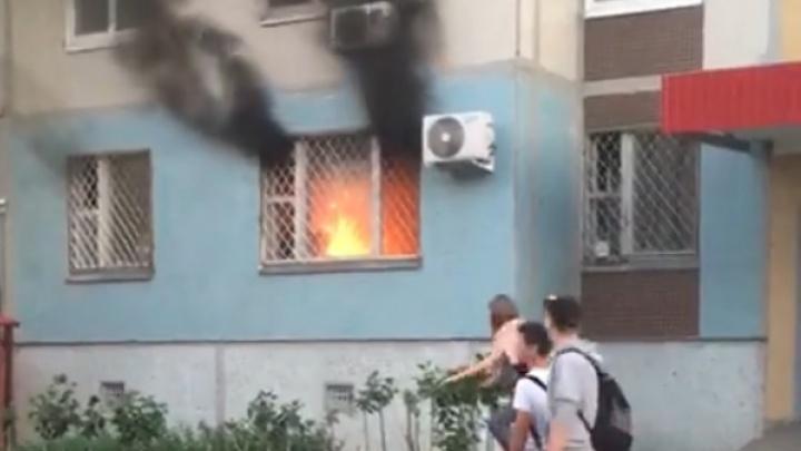 Черный дым поднялся на несколько этажей: появилось видео крупного пожара в высотке в Тольятти