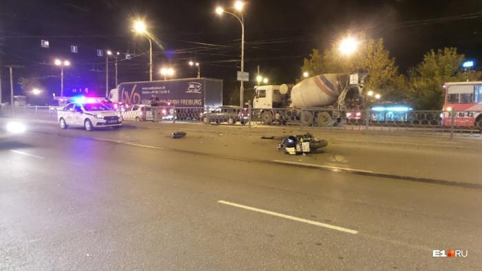 Мотоцикл продолжил движение без хозяина и врезался в ограждение