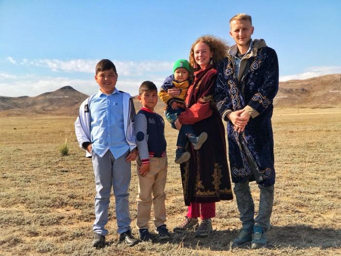 Даша и Илья на праздновании дня села в Казахстане