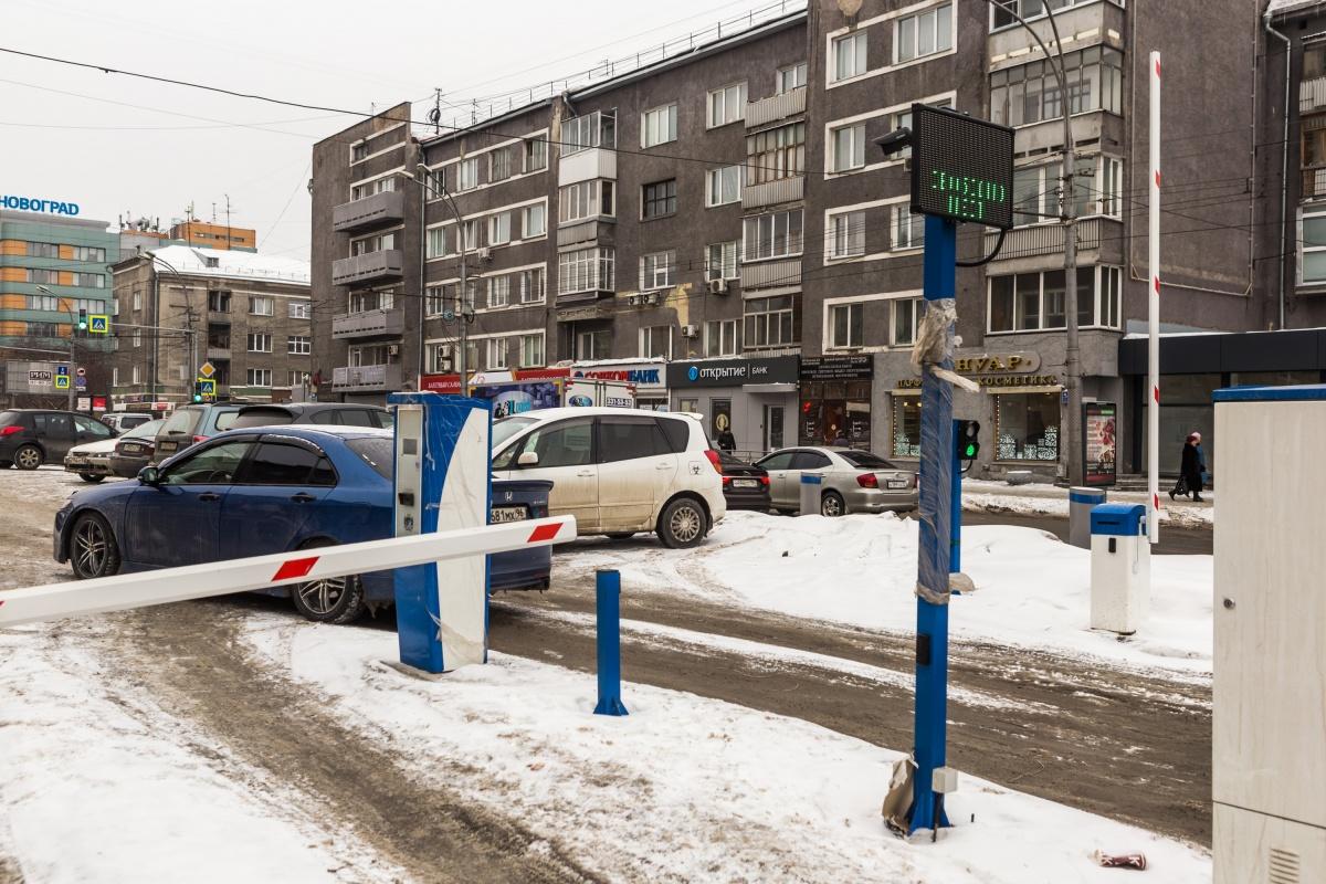 Парковка на пересечении Красного проспекта и Крылова