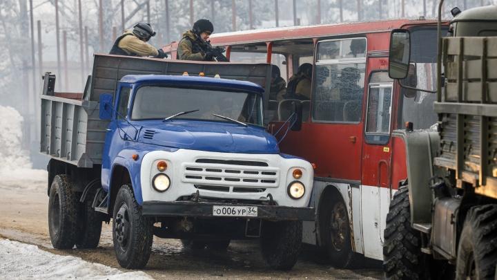 Бойцы СОБРа освободили заложников, захваченных во время учений в волгоградском автобусе