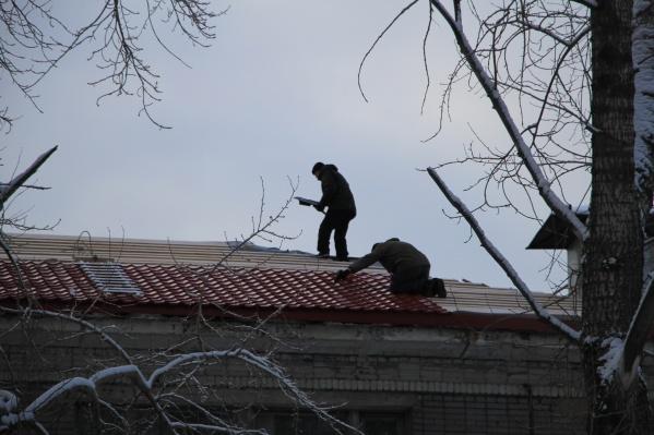 Мужчина работал на крыше без инструктажа и средств защиты