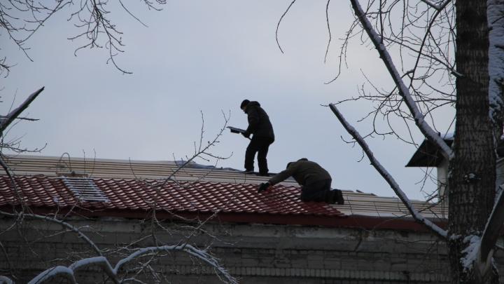 На гендиректора архангельской фирмы возбудили уголовное дело из-за упавшего с крыши рабочего