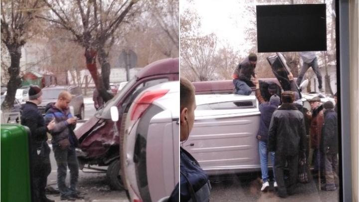 На Ямской пьяный водитель Toyota влетел в «Газель» и перевернулся. Пассажиров вытаскивали прохожие