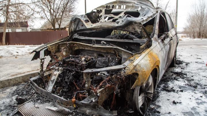 Замыкание или поджог: в Волгограде сгорел Volkswagen Tiguan известного профессора-проктолога