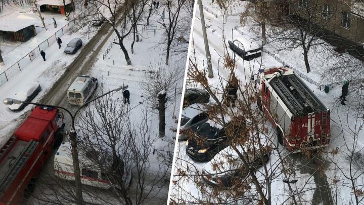 «Выводили в спаскомплектах»: жителей дома на северо-западе Челябинска эвакуировали из-за пожара
