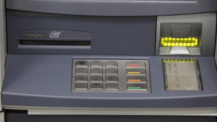 Мошенники озолотились на 2,5 миллиона, закинув на карточку через банкомат поддельные деньги