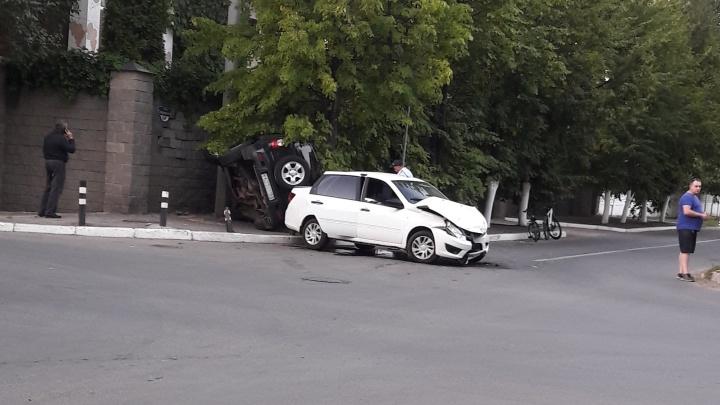 В Тольятти авто перевернулось на бок и влетело в забор после ДТП с «Грантой»