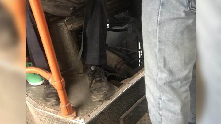В Советском районе на линию вышел автобус с дыркой в полу