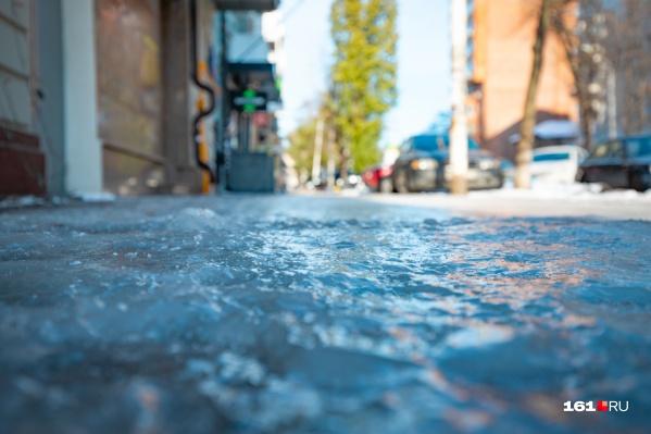 С самого утра дороги и тротуары покрылись тонким слоем льда