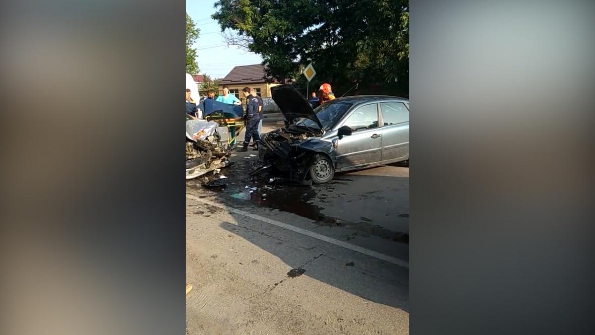 Под Таганрогом в лобовом ДТП пострадали два человека