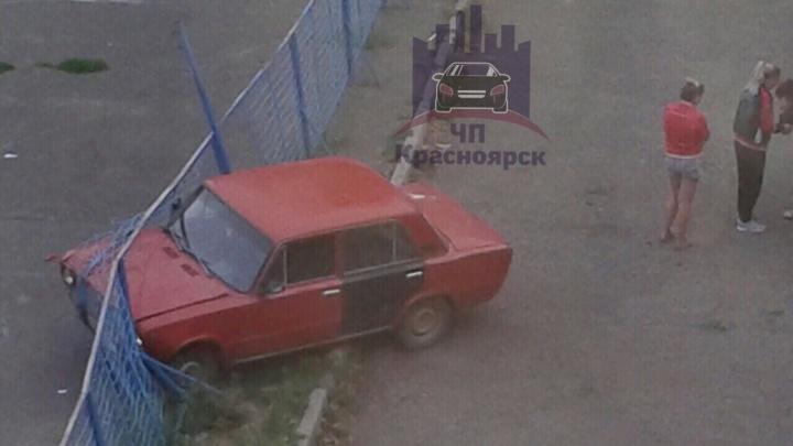 Пьяная компания на ВАЗе влетела в забор у детской площадки