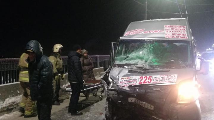 У двоих пострадавших в аварии с маршруткой обнаружили переломы