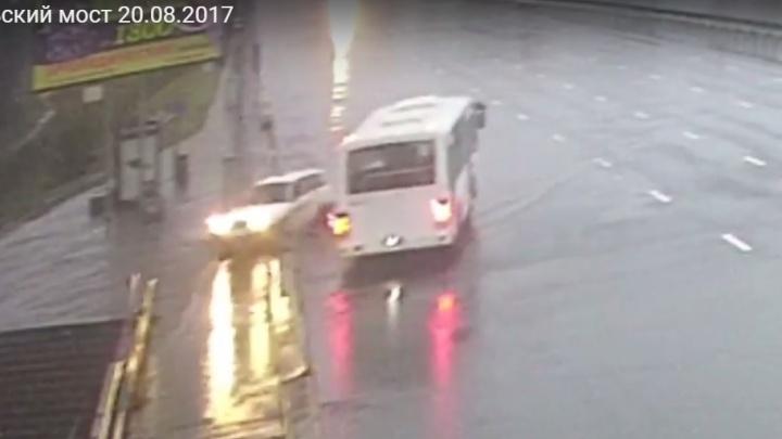 Автобус занесло на Октябрьском мосту и отбросило через 3 полосы на легковушку
