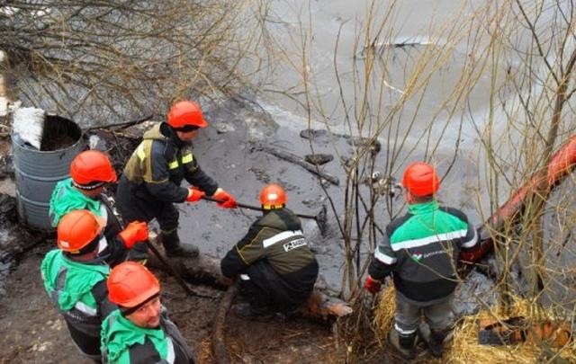 В Башкирии прорвало нефтепровод: жидкость затопила речку