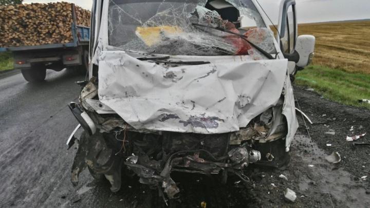 На трассе Екатеринбург - Тюмень в страшном ДТП с тремя машинами пострадал ребёнок