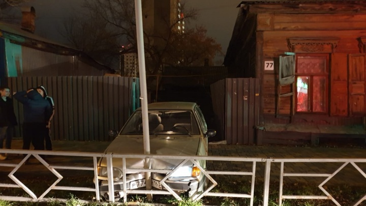 В Самаре водитель «четырнадцатой» протаранил столб