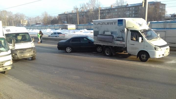 Маршрутка с пассажирами попала в аварию на Бердском шоссе — пострадал один человек