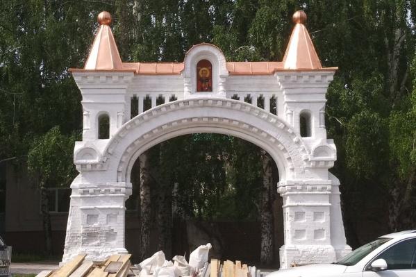 В центре территории, которую перепланируют, находятся ворота Никольского монастыря