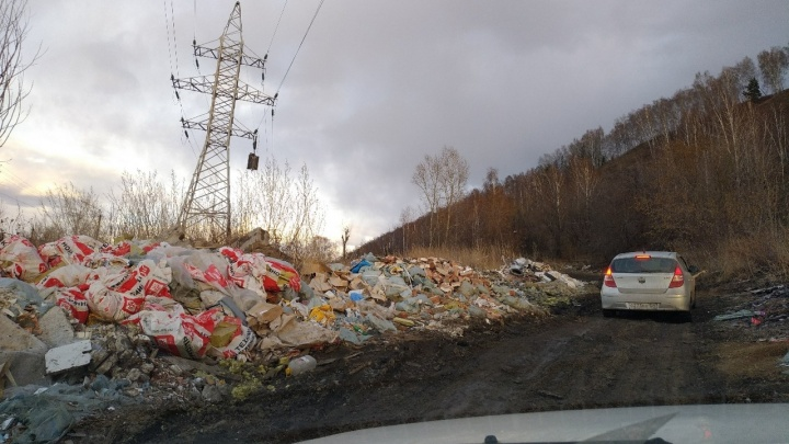 Свезли 30 самосвалов: гигантская свалка мусора выросла на подъездах к новому мосту в Красноярске