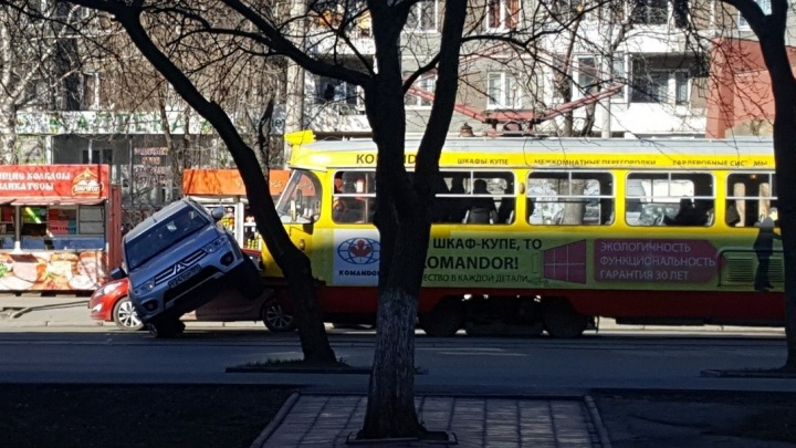 Машина повисла на вагоне: на 8 Марта в сторону Ботаники встали трамваи из-за ДТП