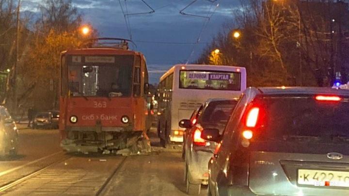 Машина отлетела от трамвая: авария возле Михайловского кладбища попала на видео
