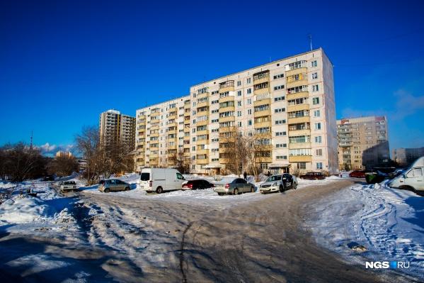 Жильцы дома по адресу улица Беловежская, 8 подали в суд на мэрию из-за дороги, которая прошла по их придворовой территории