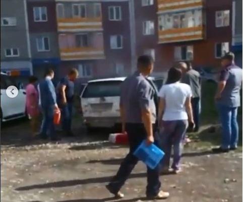 В Железнодорожном районе загорелась машина с двумя малышами внутри