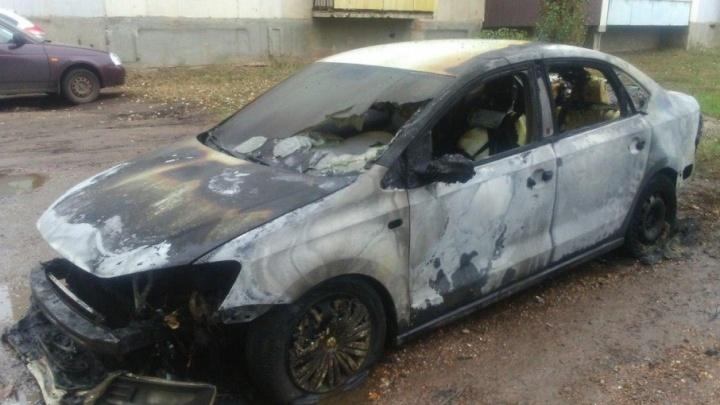 «Реально девяностые тут творятся»: в Ишимбае ищут виновных в поджоге машины такси