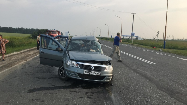 Виновница ДТП погибла, шесть человек травмированы: под Ишимом столкнулись Renault Logan и минивэн