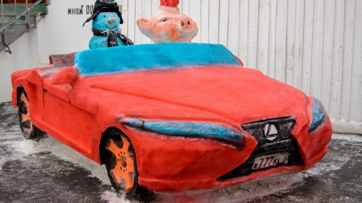 На кабриолете и в костюме Снегурочки: в пермских колониях слепили снежных свиней. Фото