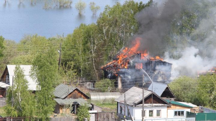Пожар в районе ДОКа: сотрудники МЧС спасли одного человека