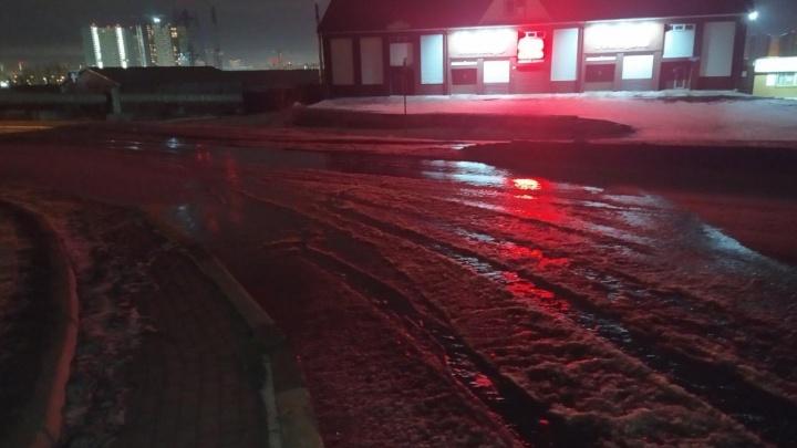 Хлынувшая из прорванной трубы вода затопила участок дороги на Северном шоссе