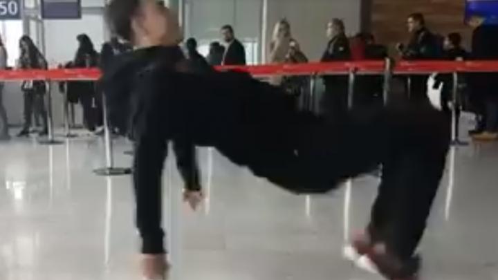 «В аэропорту Парижа люди были в шоке»: ансамбль танца показал своё мастерство в зале ожидания
