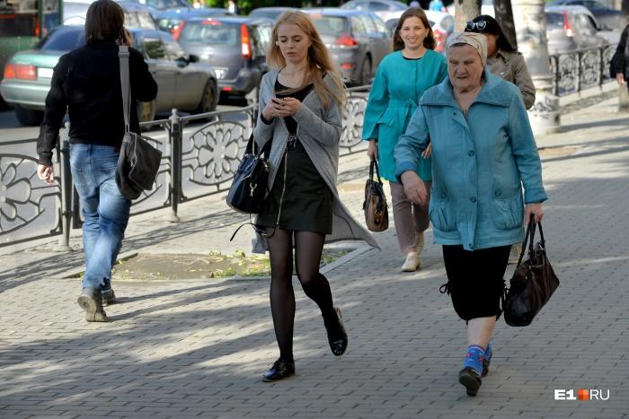 Эта девушка станет пенсионеркой в гораздо более позднем возрасте, чем таковой стала женщина, идущая рядом с ней