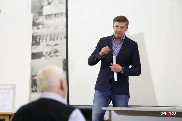 После того как в зале начался бардак, Александр Павлюченко закрыл публичные слушания