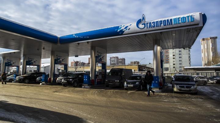 На крупнейшей сети АЗС в Новосибирске резко подорожал бензин