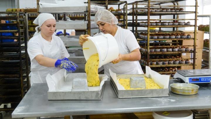 «Будет больше 15 тысяч кусочков»: в Екатеринбурге изготовили кулич весом почти 4 тонны