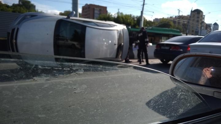 Машина перевернулась на бок у съезда с Коммунального моста