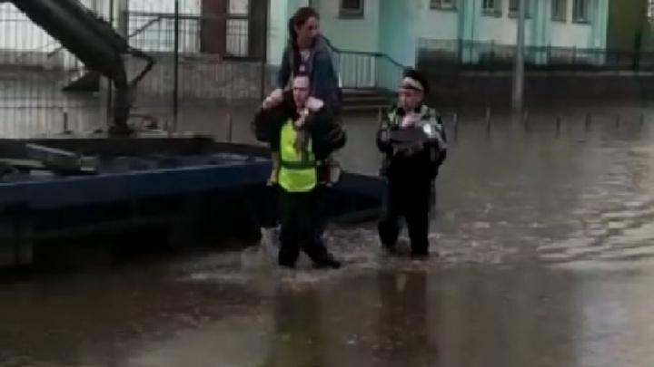 В районе Автовокзала инспекторы ГИБДД на плечах вынесли женщину с ребенком из утонувшей машины
