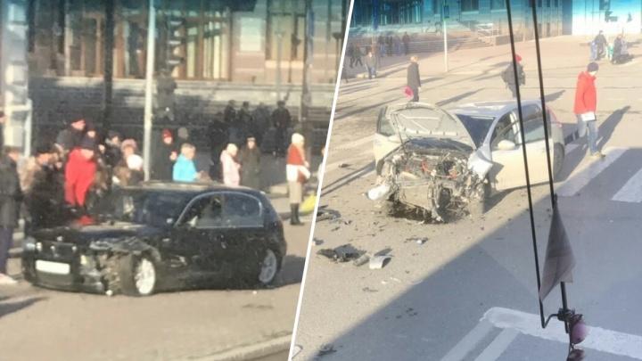Машина вылетела на тротуар, пострадал ребенок: ДТП в центре Тюмени