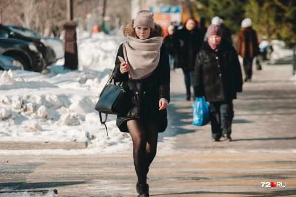 Несмотря на уличную прохладу, городские модницы уже вовсю щеголяют в тоненьких колготках. Но про шапку с шарфом не забывают