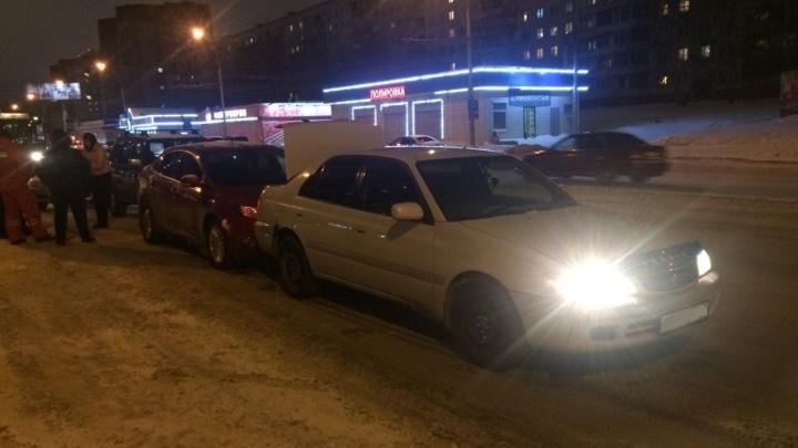 Неизвестный автомобиль подрезал «Тойоту»: на Фрунзе собрался «паровозик»