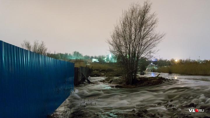 «Классическая русская рулетка»: в Волгограде размытая большой водой дорога собирает колеса машин