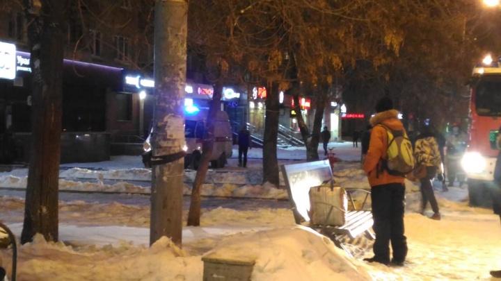 В помещении были два человека: на Уралмаше к отделению УБРиР стянулись пожарные и скорые
