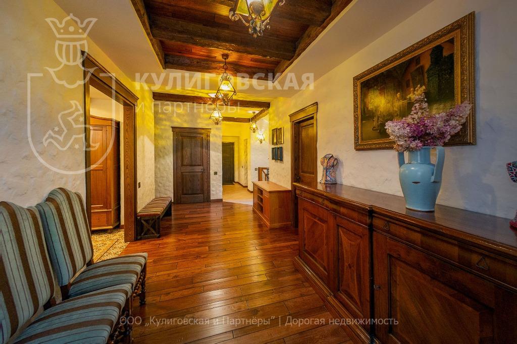 Владельцы дорогих коттеджей любят золотой цвет, и этот дом не стал исключением
