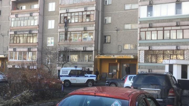 """""""Мать не пускает домой"""": на Уралмаше девушка пыталась через балкон попасть в квартиру на третьем этаже"""