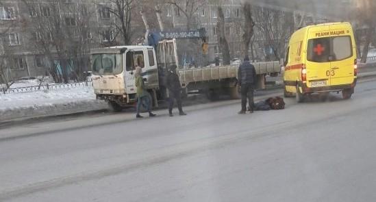 На ВИЗе легковушка сбила женщину, которая перебегала дорогу в запрещённом месте