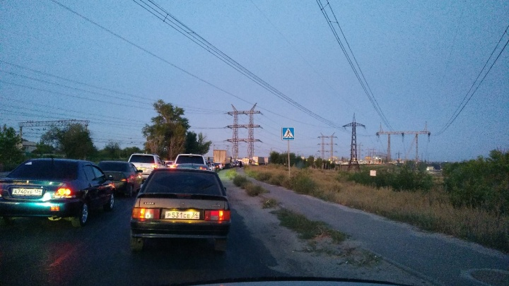 «Разворачивайтесь или ждите»: вечерняя авария на мосту Волжской ГЭС обездвижила дорогу